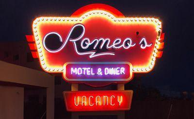 Neón en Romeo's Motel Diner